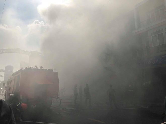 Ngọn lửa bùng phát dữ dội bao trùm quán bar nổi tiếng ở trung tâm Đà Nẵng