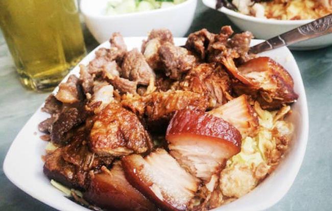 Thời tiết Hà Nội đang chuyển lạnh, dắt nhau đi ăn một loạt món xôi nóng hổi bán đêm muộn thì thích phải biết