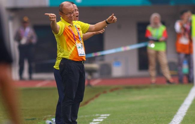 """Pha """"bẻ còi"""" khó tin của trọng tài V.League và nước mắt HLV Park Hang-seo"""