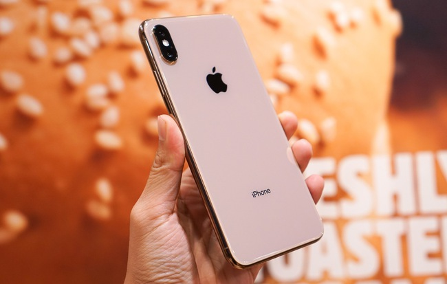 Cận cảnh iPhone XS Max 256GB Gold tuồn ra trước giờ bán, giá khởi điểm 33,9 triệu đồng, sẵn sàng xách về Việt Nam ngay đêm nay