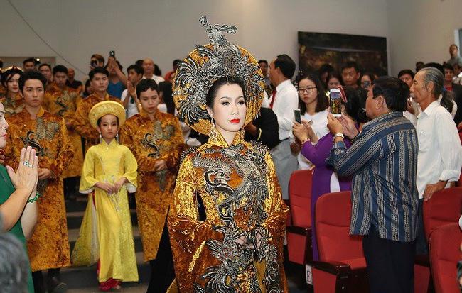 Sân khấu Trịnh Kim Chi thực hiện nghi lễ cúng Tổ long trọng bậc nhất Sài Gòn