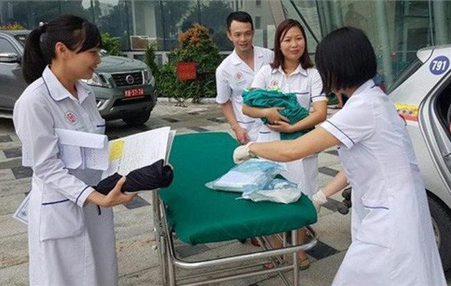 """Sản phụ ở Hà Nội """"đẻ rơi"""" con trên ghế xe taxi"""
