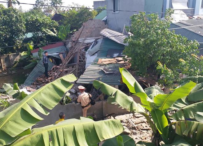 """Chủ nhà bị thương nặng khi xe đầu kéo """"bay"""" từ trên đường xuống đâm sập nhà"""
