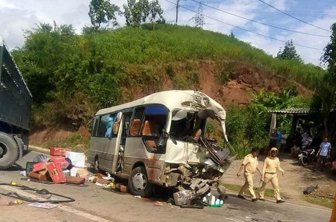 12 người bị thương khi xe đầu kéo tông trực diện ô tô khách ở Sơn La