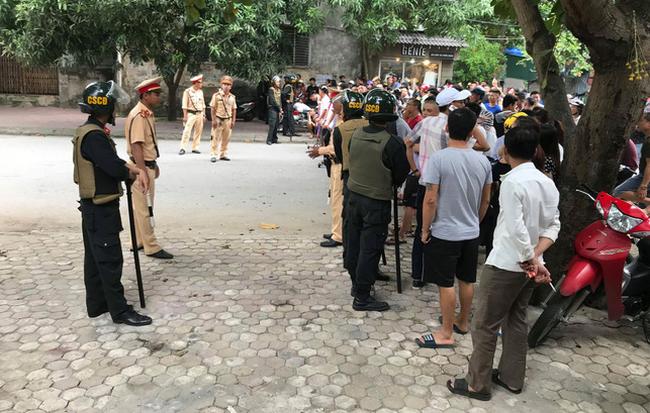 Cả trăm cảnh sát, lính bắn tỉa phong tỏa đường, vây bắt người đàn ông cố thủ trong nhà