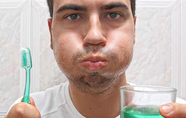 Đánh răng xong, bạn có cần sử dụng nước súc miệng để răng sạch, khỏe và hơi thở thơm hơn?