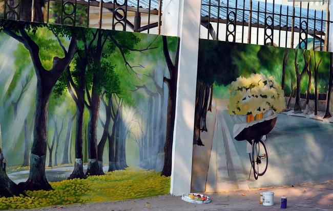 Dãy tường rào cũ kỹ trước cổng trường Phan Đình Phùng được khoác áo mới thành con đường bích họa siêu lãng mạn về Hà Nội xưa