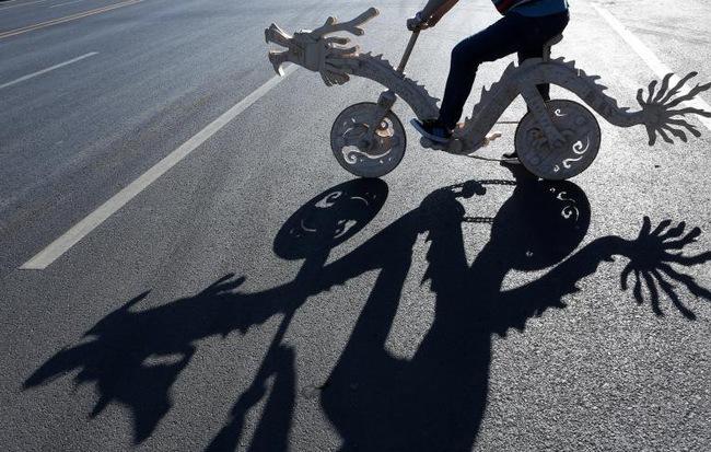 24h qua ảnh: Xe đạp hình rồng kỳ lạ được làm từ que kem ở Trung Quốc