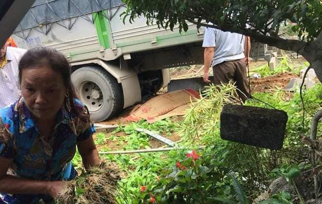 Ôtô tải tông vợ chồng đi xe máy tử vong rồi lao vào nhà dân ven đường