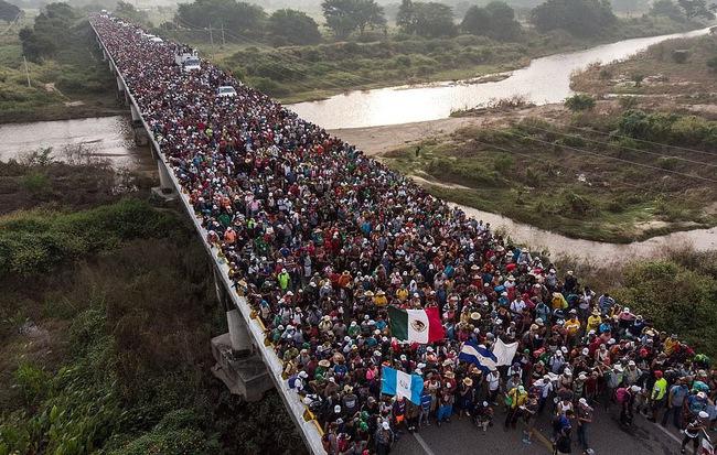 24h qua ảnh: Hàng nghìn người di cư đổ về biên giới nước Mỹ