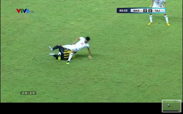 Cận cảnh pha vào bóng của cầu thủ U19 Malaysia khiến cổ chân đối phương vặn hơn 180 độ