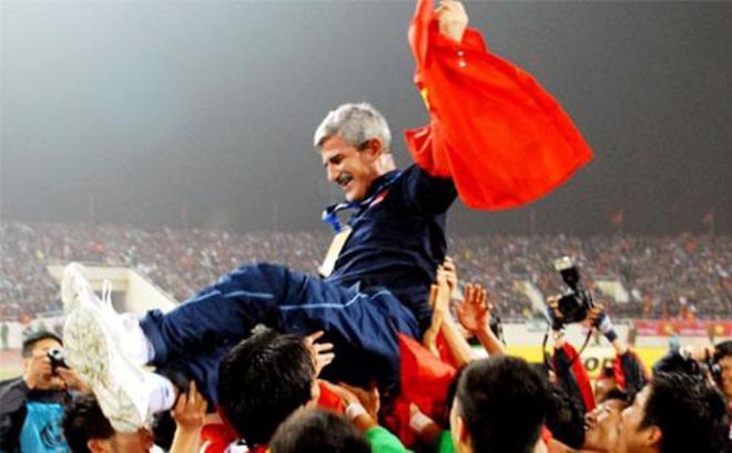 """""""Vị thánh sống"""" từng giúp ĐT Việt Nam lên ngôi AFF Cup 2008 giờ đang làm gì?"""